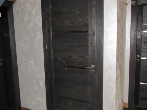 Porte sapin teintée noire.jpg