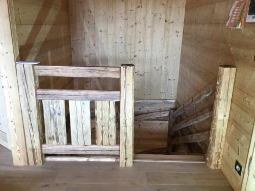 Escalier en vieux bois.jpg