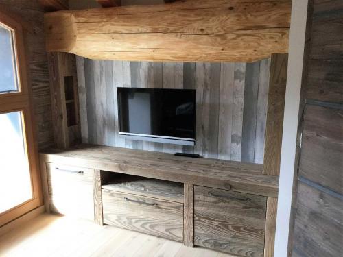 meubles de télévisionen bois grisé au soleil