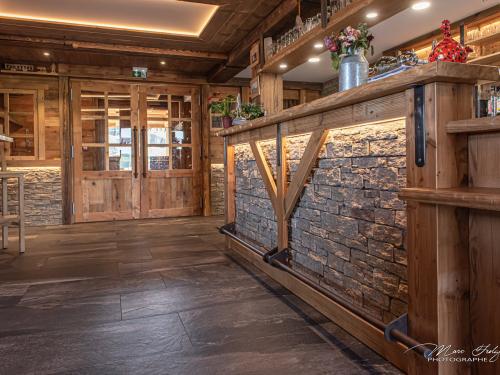 Bar-en-vieux-bois-et-pierre.jpg