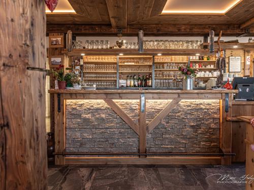 Bar-et-arrière-bar-en-vieux-bois-chêne-et-pierre.jpg