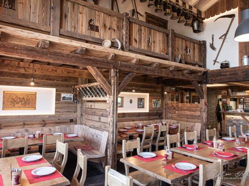 Salle-de-restaurant-en-vieux-bois.jpg