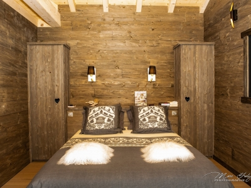 Tête-de-lit-et-mobilier-en-lambris-grisé.jpg