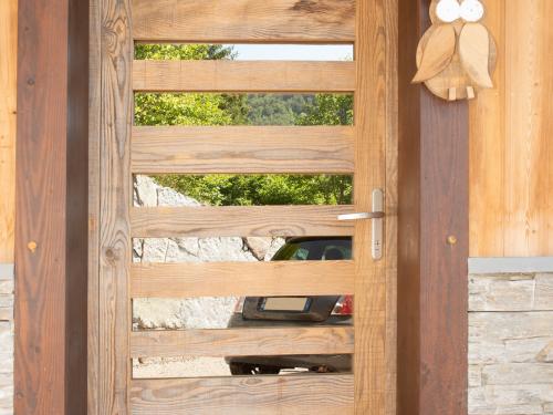 PE003 - Porte-dentrée-en-bois-grisé-et-miroir.jpg