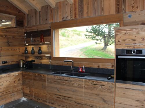 CC033-Cuisine céramique et vieux bois