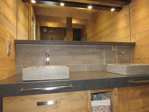 Salle de bain crédence pierre.jpg