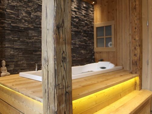 SB018 - Baignoire SPA vieux bois et pierre