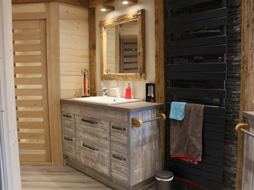 Salle de bain bois clair, pierre noire et céramique2.jpg