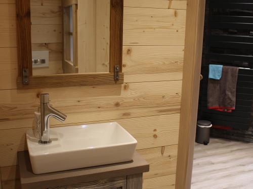 Salle de bain bois clair, pierre noire et céramique3.jpg