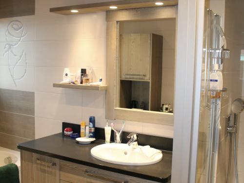 Salle de bain bois et céramique.jpg