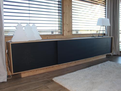 ME019- Meuble de salon, façades coulissantes en panneau noir et entourage bois