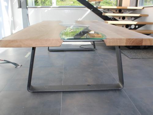 TA023 - Table avec plateau bois et chemin de table en verre, pieds en fer