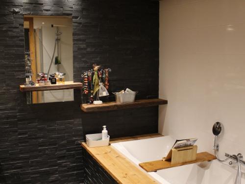Salle de bain bois, noire et blanche2.jpg