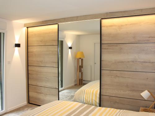 Placard coulissant miroir et panneau effet bois