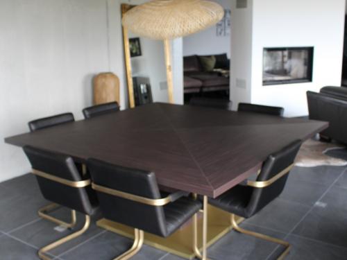 TA028- Table carrée en stratifié et pied central doré