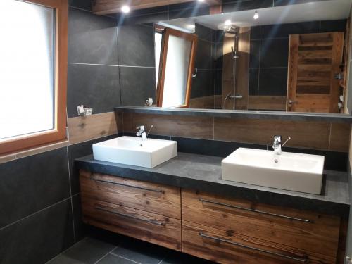 SB037- Plan de vasque avec retombée de 8 cm, façades vieux bois et poignée fer