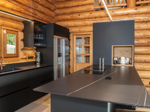 CM037- Cuisine dans chalet rondin en mélaminé Noir Mat Perfectsense et céramique