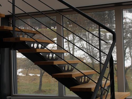 ES025- Escalier avec limon central et garde-corps en acier noir granité, marches en chêne naturel