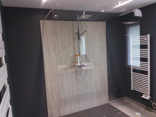 SB044- Douche sans portes avec paroi céramique