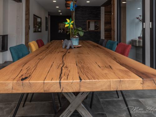 TA034- Table en vieux chêne et résine noire, pied acier croix