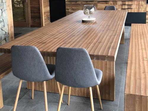 TA036- Table en sapin teinté finition au rabot concave