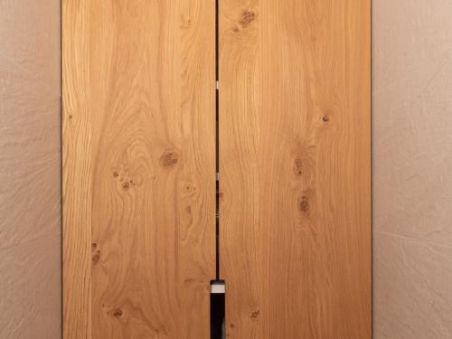 ME032- Placard en chêne naturel portes battantes sans fileurs avec poignées entaillées